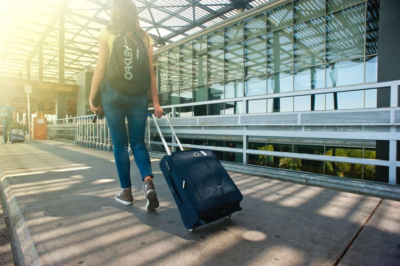 femme traine valise